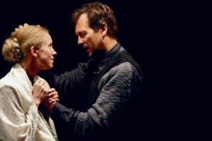Tegelaste miimika– Agnese (Katariina Unt) ilmekad mõtlikud silmad ja Brandi (Ivo Uukkivi) eluraskustele varjupaigaks saanud sügavad murekurrud– tõstab suurde plaani punktvalgus.