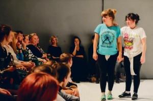 Renate Keerd ja Maria Ibarretxe on toonud lavale plahvatusliku energia ja huumoriga vürtsitatud absurdi.