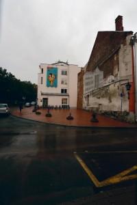 Kui Peeter Olesk peaks olema osakenegi Tartu vaimust, siis peaks sel vaimul olema Tartu ülikooli peahoone ja Pallase hotelli ehk Big Beni vahel ühtpidi ning lahtise turu ja ajaloolise Sitamäe vahel olema ka oma kodu.