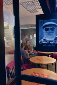 Mart Kivastik oma harjumuspärases keskkonnas galeriis Promenaadiviis.