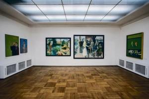 """Tallinna Kunstihoone suure saali """"altaris"""" on väljas Enn Põldroosi, Olev Subbi ja Malle Leisi maalid. Põldroos ja Subbi kuulusid  nende kunstnike hulka, kelle töid eksponeeriti aastanäitustel ikka ainult esinduslikus suures saalis."""