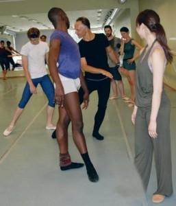 """Võtnud raamiks Lepo Sumera loomingu, hakkas Teet Kask (pildil mustas) """"uurima"""", milline on iga tantsija selle muusika mõjuväljas. Esiplaanil Brandon Alexander."""