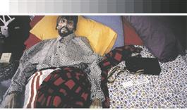 AA Bronson. Felix. 1994, foto. AA Bronson pildistas oma sõpra Felix Partzi paar tundi pärast tema surma. AA Bronson, Felix Partz ja Jorge Zontal moodustasid 1969. aastal kunstnike ühenduse General Idea. Nad elasid ja töötasid koos 1994. aastani, kuid 3. III suri aidsi Zontal ja siis 5. VI Partz.