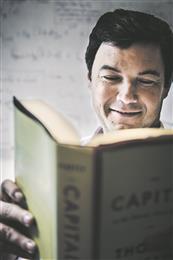 """Thomas Piketty on Pariisi Majanduskooli professor ja üks asutajatest. Ta on kaitsnud doktorikraadi majanduses ja töötanud USAs Massachusettsi Tehnoloogiaülikoolis (MIT). Tema peateosest """"Kapital XXI sajandil"""" on saanud rahvusvaheline bestseller. Seal näitab Piketty, et praegune majandussüsteem toodab märksa suuremat varanduslikku ebavõrdsust, kui seni arvatud, ja nõuab selle efektide leevendamiseks tugevat heaoluriiki, vara astmelist maksustamist ja suurt astmelist tulumaksu. Tema raamatus kasutatud andmekogud leiab veebiaadressil piketty.pne.ens.fr."""