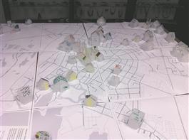 """Marco Laimre ja Kristiina Hansoni tööde mõtteline jätk on näituseks spetsiaalselt publikuga koostöös valmiv """"Isiklik Kuressaare"""".  Laual on suur linnakaart ja šabloonid, millest näitusekülastaja saab kerge vaevaga voltida kokku maja, kirjutada katusele selgituse ja kleepida talle olulise koha kaardile"""
