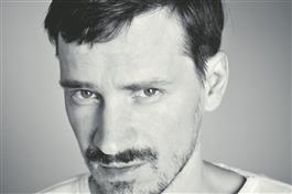 """Szabolcs Hajdu on Ungari režissöör selle aastatuhande alguse andekate filmitegijate põlvkonnast. Tänavu PÖFFil linastuv """"Miraaž"""" on tema viies täispikk mängufilm.  2010. aastal tekitas PÖFFil elevust tema eelmine linateos """"Bibliothèque Pascal""""."""