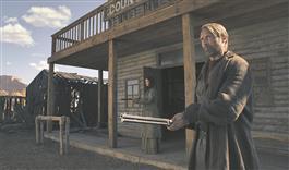 """Madelaine (Eva Green ) ja Jon (Mads Mikkelsen) lähevad õigluse eest võideldes sammukese liiga kaugele filmis """"Päästmine""""."""