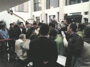 Rein Rannap pärast kontserti Pekingis autogrammiküttide piiramisrõngas.
