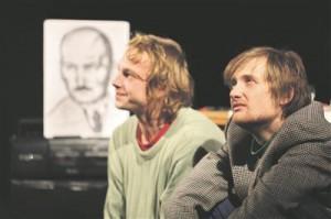 """""""Unfinished bisnesis"""" mängivad Meelis Põdersoo ja Martin Kõiv (viimast korda?) läbi stseene nooruspõlvest väikelinnas, kus ühtviisi elevust ja ebalust tekitas nii kooliteatritrupis osalemine kui ka diskol käimine."""