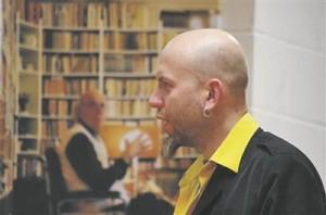 Jürgen Rooste Keila raamatukogus.