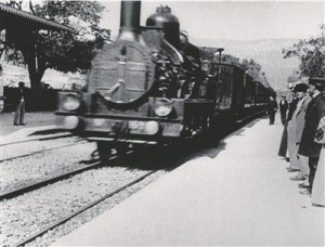 """Lumière'ide esimesteks filmideks peetavaid kuni 50sekundilisi klippe võiksime praegu nimetada parimal juhul dokumentideks.  Kaader filmist """"Rong saabub jaama"""" (""""L'arrivée d'un train à La Ciotat"""", Auguste ja Louis Lumière, 1895)."""