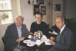 """Uku Masingu ja Kalju Kirde kirja- ja raamatutevahetus Göttingeni ja Tartu vahel kestis 1978. aastast Masingu surmani aastal 1984. Kirjavahetuse kaudu saab heita pilgu kahe õpetlase meelest olulistele teostele ning näha Masingus ulmekirjanikku.  Kalju Kirde oli õppinud füüsikat ja töötas reaalalal, ent huvitus fantastikast ja õuduskirjandusest. Eestis vähe tuntud Kirde oli  H. P. Lovecrafti tunnustatud uurija. Masingut hindas ta luuletaja, teadlase ja inimesena kõrgelt ning oli vaimustatud Masingu romaanist """"Rapanui vabastamine"""", mille sai kingiks 1989. aastal Eestit külastades. Fotol istub Kalju Kirde paremal, vasakul on tema klassivend Leo Metsar, keskel Enn Lillemets. Ülesvõte on tehtud 27. VI 2002 Tartu kohvikus Werner."""