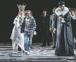 Peer Gynt (Nils Harald Sødal) röövib pulmapeolt Ingridi (Kari Kleiven).