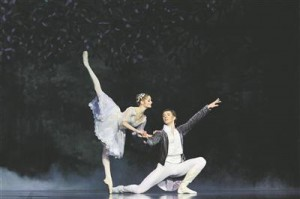 Esietendusel tantsis prints Désiréd Valgevenest pärit Deniss Klimuk– ilus pikk partner haprale, peaaegu läbipaistvale Alena Škatulale (Aurora).