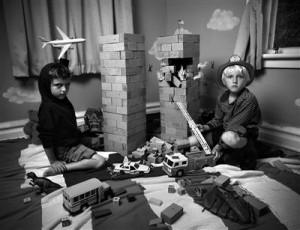 """Jonathan Holbini foto """"Kaksikud"""" sarjast """"Mängutoas"""", 2012."""