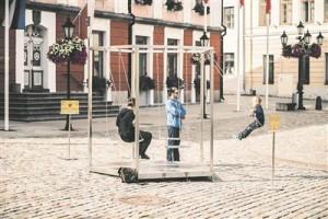 "Kaisa Eiche ja Urmo Metsa installatsioon ""Kiik"" näituse ""Arheoloogiafestival"" raames Tartu Raekoja platsil."