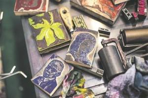 """Kogumiku """"Lugemisevabadus"""" kaante trükkimiseks kasutatud klassikute kujutistega klotsid Tartu trükimuuseumis."""