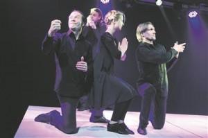"""Positiivne näide ülevaatefestivali """"Teater noorele vaatajale"""" programmist: nii väliskülalised kui ka pedagoogid olid vaimustuses  VAT-teatri """"Faustist"""". Fotol Margo Teder, Meelis Põdersoo, Katariina Ratasepp ja Tanel Saar."""