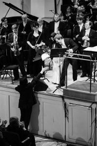 """Ülo Krigul tänamas """"Luigelinna""""  esmaesitajaid solist Iiris Vesikut ja dirigent Risto Joosti EMPil 2012."""