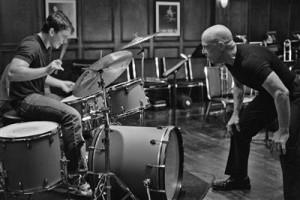 Andrew' (Miles Teller) õpingud muusikakoolis muutuvad karmikäelise õpetaja  Fletcheri (J. K. Simmons) tõttu peatselt võitlustandriks.