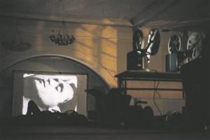 """Bik Van der Poli performance """"Maga koos minuga"""" (""""Sleep with me""""), selle raames näidati ka Andy Warholi filmi """"Uni"""" (""""Sleep"""", 1963)."""