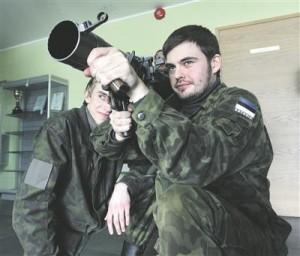 Korralik tankitõrjeraketiheitja meeskond suudab mitu korda soodsama relvaga kui tank vastase soomustehnikat hävitada sama tulemiga. Pildil kaitseliitlased tankitõrje-granaadiheitja Carl-Gustavi ehk Kustiga.