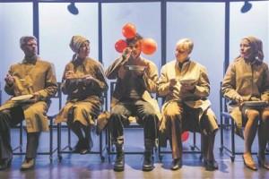 Suur näitlejate ansambel (fotol Karol Kuntsel, Külliki Saldre, Veiko Porkanen, Margus Jaanovits ja Piret Laurimaa) toimib ühtse trupina, nende mäng on hästi tempereeritud: teemat ja stiili arvestades piisavalt teatraalne, kuid mitte üleliia esiletõusev.