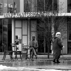 Pärnu kontserdimaja külastajat tervitab nüüdsest Gustav Fabergé.