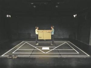"""Lavastuses """"lonely lonely"""" on ühendatud nüüdistantsuteater ja objektiteater, mänguvahendina kasutatakse lavapõrandale tõmmatud valgeid jooni ja kahte pappkasti."""