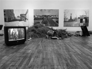 """Kaarel Kütase installatsioon """"Deutsche-Ugrische"""" ja Edgar Juhkovi maaliseeria """"Tln – Trt""""  on ainukesed otseselt  Andres Tali püstitatud teema alla mahtuvad tööd Tartu Kunstimaja näitusel."""