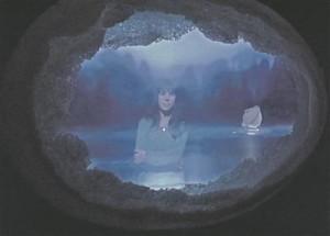 """Tartu Kunstimaja klaasikunstinäituse lavastuse viimane akord oli Sofi Aršase erilises tuhmilt säravas pâté de verre'i (klaasipurusulatuse) tehnikas installatsioon """"Situatsioonid""""."""