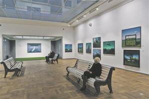"""Aili ja Toomas Vindi koos maalitud """"Maastik ruumimaastikus. Peegeldus"""" (2014) on suure saali nii-öelda altarimaal,  pargipinkidest moodustund käigu lõpus asetsev ruumipeeglipesa."""