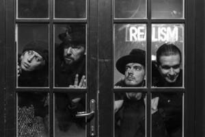 """Von Krahli teatri """"Budapesti"""" trupp (vasakult: Tiina Tauraite, Erki Laur, Juhan Ulfsak, Taavi Eelmaa) tegeleb  temaatiliselt küll sobitamise ja sobitumisega, aga see on meeldivalt verejanuline."""