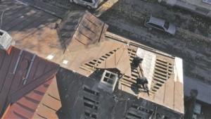 """Kaader Flo Kasearu videost """"Ülestõus"""", 2015. Flo Kasearu videotöö puhul on lõpptulemus juba avakaadritest teada: pole mingit üllatust, et katuseplekist tekib lennuk."""