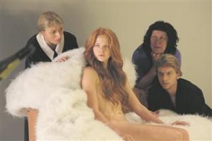 Imekaunis vastsündinud Aphrodite (Rea Lest, keskel) kohtub perekond Madalalaubalistega (Eva Klemets, Marika Vaarik, Jörgen Liik).