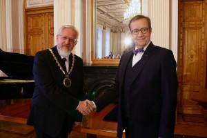 Tervituse andis üle ning ametiketi pani akadeemia uuele presidendile Tarmo Soomerele kaela Eesti Vabariigi president Toomas Hendrik Ilves.