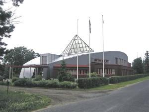 1999. aastal paluti Leonhard Lapinil ja Toomas Reinul projekteerida mahapõlenud Kihnu rahvamaja asemele uus. 2000. aastal sai Kihnu vald arhitektidelt tehnilised joonised. Nende põhjal koostas tulevane ehitaja autoritega kooskõlastamata tööjoonised, mille alusel alustati ehitamist. 2004. aastal määras ringkonnakohus, et Kihnu vald peab Lapinile ja Reinule maksma 50 000 krooni moraalse kahju hüvitamiseks.