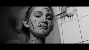 """Eelkõige šokeeriva """"Nekromantiku"""" sarja järgi tuntud Jörg Buttgereit on kolmest osast koosneval horror-kassetil """"Saksa äng"""" lavastanud episoodi """"Viimane tüdruk"""", mis viitab õudusfilmi viimasele ellujääjale. Pildil nimitegelane (Lola Gave)."""