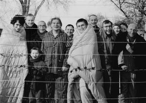 Zbigniew Libera. Residendid. 2003, mustvalge foto, 120 × 180 cm. Atlas Sztuki (Łódź) loal.  Zbigniew Libera on taaslavastanud ühe kõige kuulsamatest koonduslaagrifotodest, mis tehti laagri vabastamisel  ja mis hakkas läänes ka kohe ringlema.