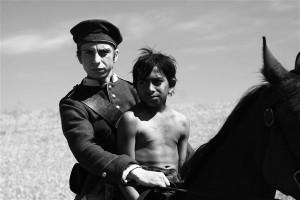 """Mustvalge ja mustlasvähemuse probleemidest rääkiv ajalooline film """"Aferim!"""" tõi režissöör Radu Judele parima režissööri Hõbekaru."""