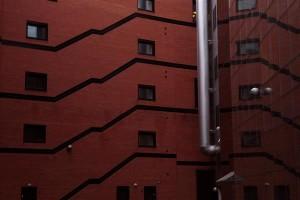Stockmanni kaubamaja hoone tagakülje täpselt reastatud ventilatsioonitorud ja ruumi sisemust imiteerivad  põrandapinna- ja trepijooned toovad Eesti nüüdisarhitektuuri uusi väärtusi.