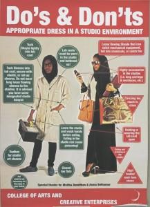 Zayedi ülikooli kunsti ja loovtööstuse kolledži tööruumides riietumise juhend.