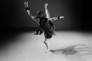 """Sõna """"metsik"""" tähendus on Külli Roosna ja Kenneth Flaki lavastuse """"Wild Places :: Mountain"""" koreograafias tõesti olemas."""