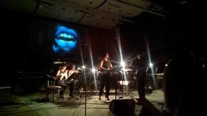 """Agata Zubeli lühiooperi """"Not I"""" ülimalt virtuoosne ja lummav audiovisuaalne tulevärk jääb kindlasti tänapäeva vokaalmuusika oluliseks teetähiseks."""