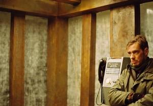 """Jumal on vaid telefonikõne kaugusel. Juhan Ulfsak Maria Reinupi filmis """"Mann tanzt""""."""