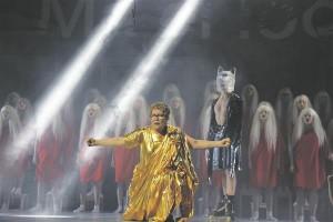 Lavastuse kandev liin oli  Savisaart kehastanud Marika Vaariku suurepärane koosmäng kooriga.