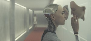 """""""Ex machina"""" süžee on tuttav kõigile, kes on lugenud Mary Shelley """"Frankensteini"""".  Tehisintellekt Ava (Alicia Vikander) on aga pakendatud kauni robotnaise kehasse."""