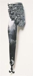 """Kristiina Lauritsa rinnaehe """"Kõu I"""", 2014, must sool, hõbe, sarv, hematiit."""