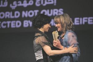 """Barbara Lorey de Lacharrière (paremal) annab FIPRESCI auhinna üle egiptuse dokumentalistile Hala Loftyle 2012. aasta Abu Dhabi filmifestivalil filmi""""Eneseületamine iga päev"""" (""""Al-khoroug lel-nahar""""), eest."""