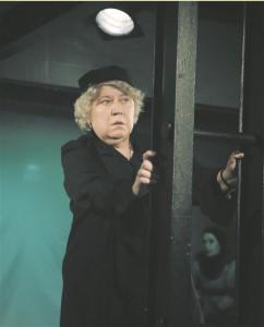 Maria Klenskaja tantsukriitikust Elatanud naine on vaatamata oma professioonile ületanud piiri teooria ja praktika vahel: mõistes esimese piiratust, mängib ta mõistvaks ja mõistetavaks ka teise vaatepunkti mõnetise egotsentrilisuse.